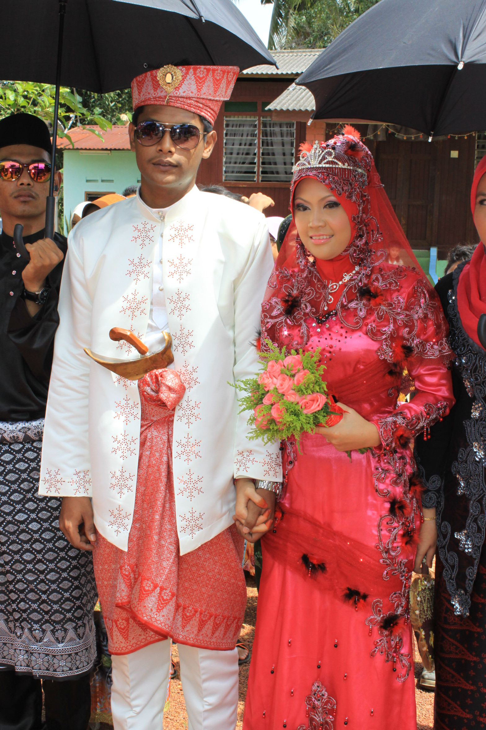 pelamin,kanopi,photographer,baju pengantin L&P,make up,P.A system. di